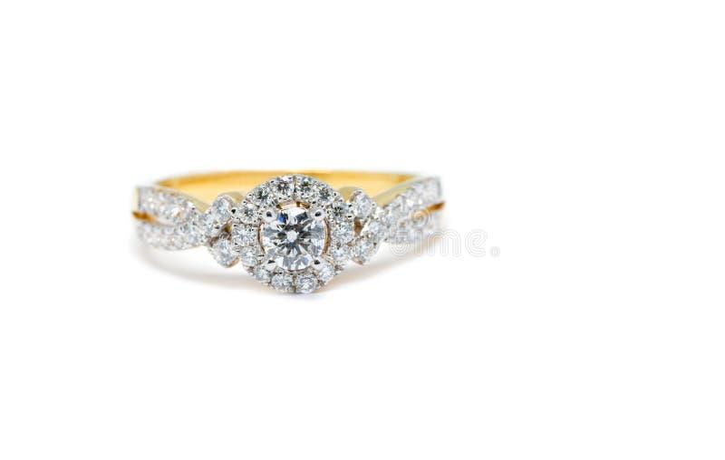 Anillo de oro con el diamante aislado en el fondo blanco fotografía de archivo