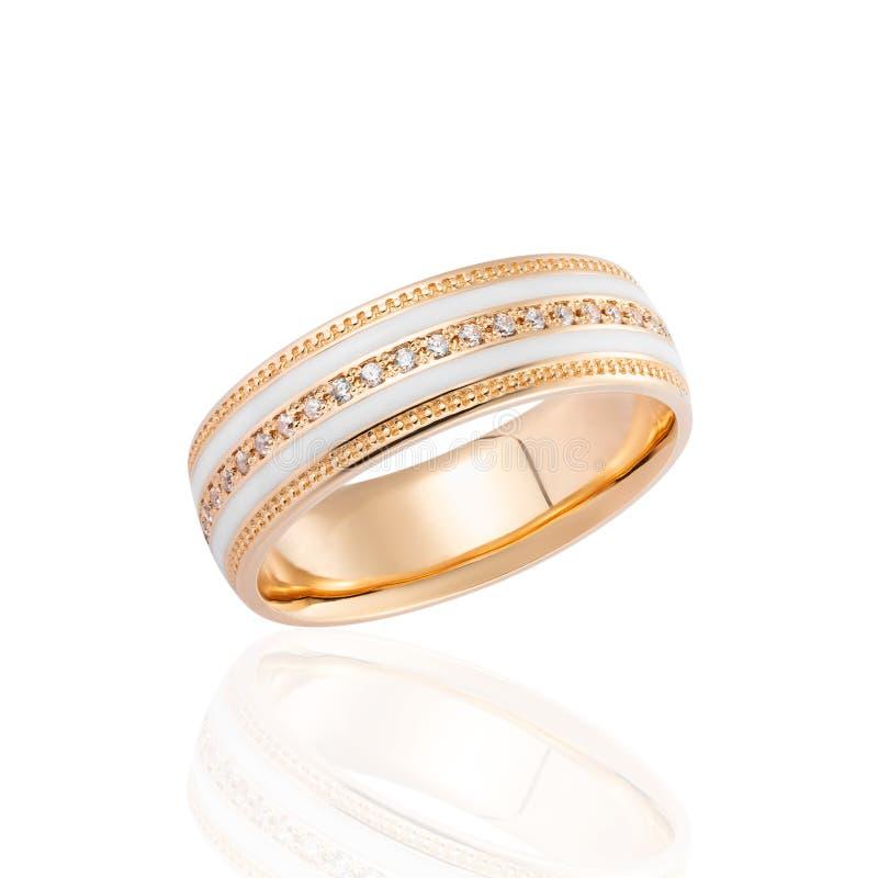Anillo de oro con el esmalte blanco y diamantes aislados en el fondo blanco imagenes de archivo