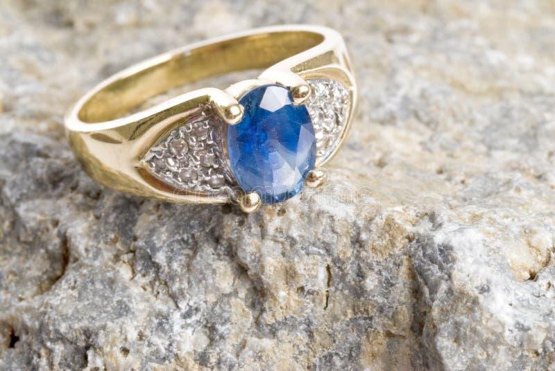 Anillo de oro con zafiro y diamantes imagenes de archivo