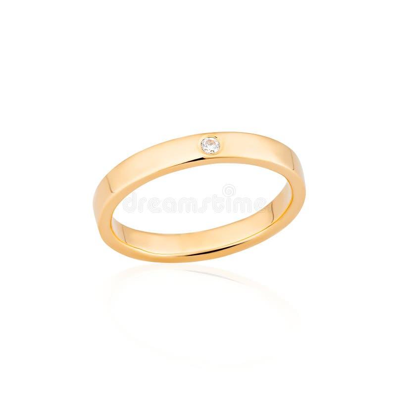 Anillo de oro del compromiso con un diamante aislado en el fondo blanco imágenes de archivo libres de regalías