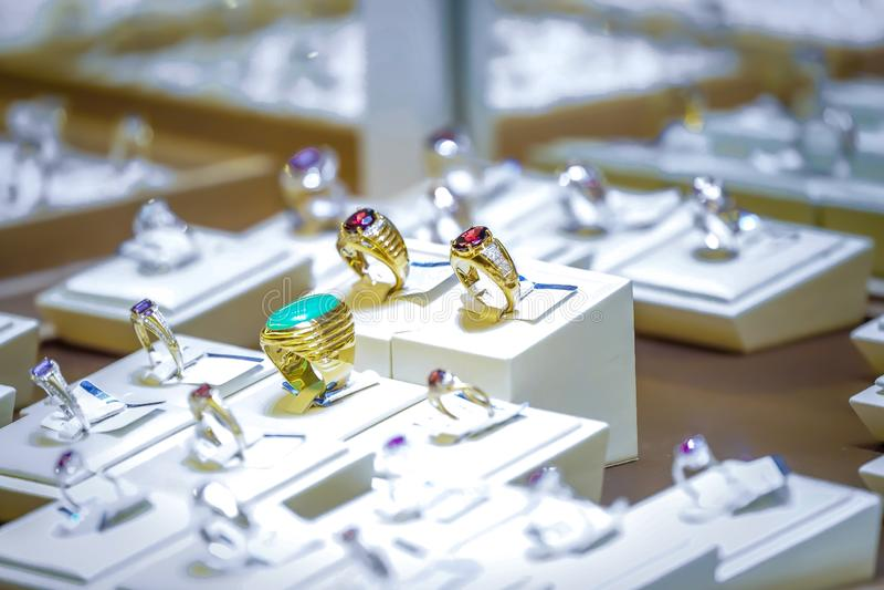 Anillo de oro del rubí y del jade en caja del mirro de la exhibición foto de archivo libre de regalías