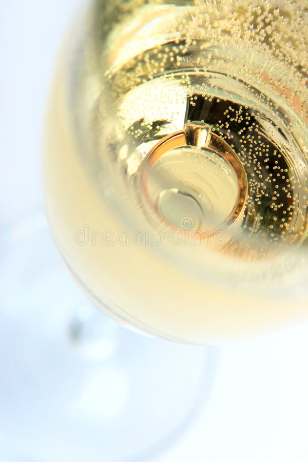 Anillo de oro en champán fotografía de archivo libre de regalías