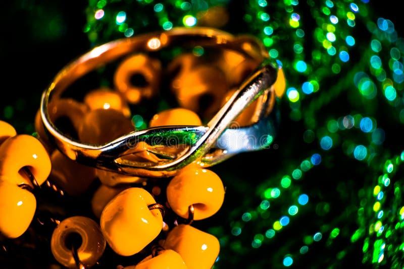 Anillo de oro en gotas, foto macra foto de archivo libre de regalías