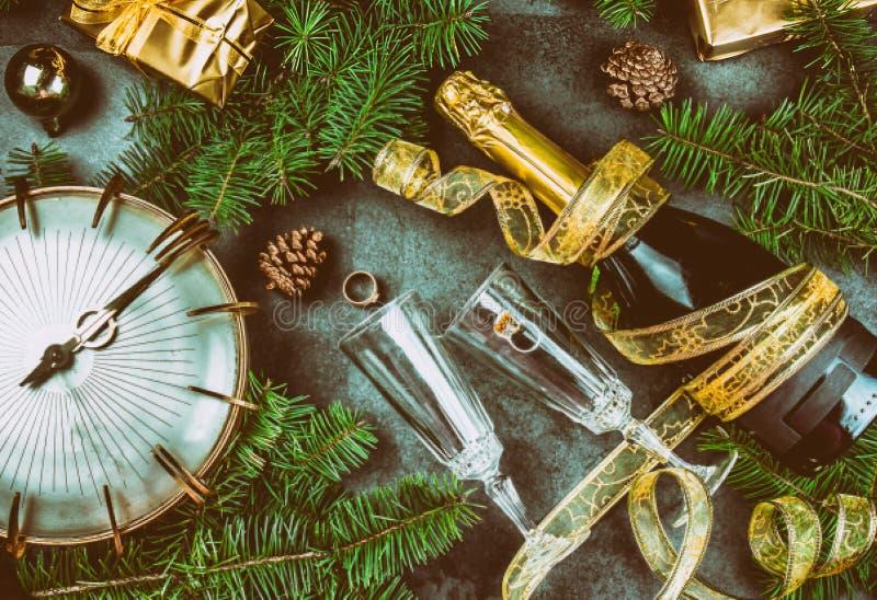 Anillo de oro puesto rutual de la tradición de Noche Vieja al champán Tradiciones españolas y latinoamericanas del Año Nuevo cham imagen de archivo