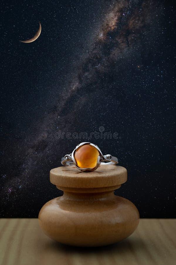 Anillo de plata con el cabochon de piedra ambarino con el cielo nocturno fotos de archivo libres de regalías