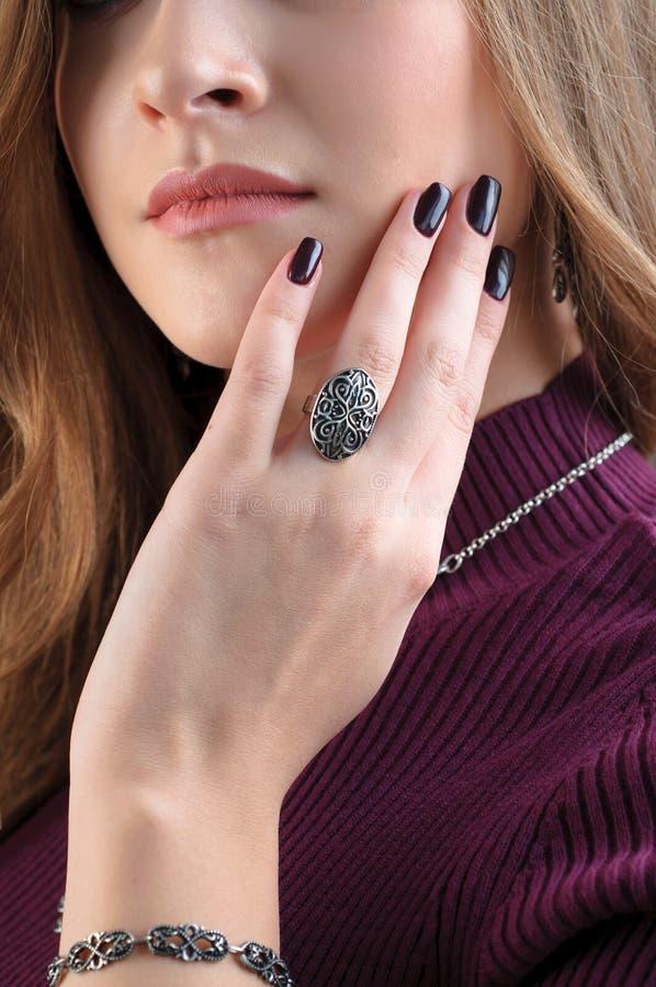 Anillo de plata en el finger Ciérrese encima del modelo femenino que lleva el jewe étnico fotos de archivo