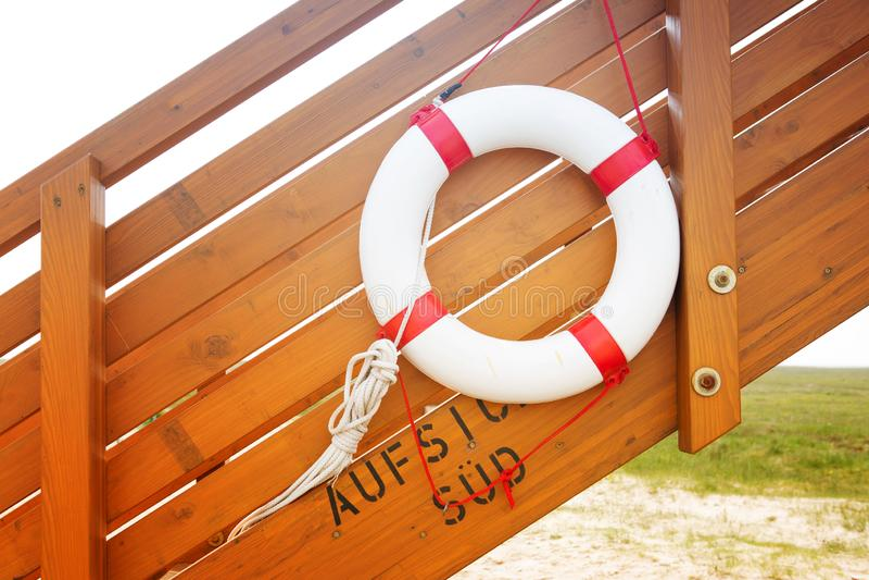 Anillo de vida en las escaleras de madera por la playa imagen de archivo libre de regalías