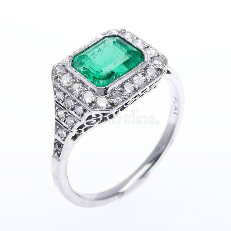 Anillo del diamante y de la esmeralda imagen de archivo libre de regalías