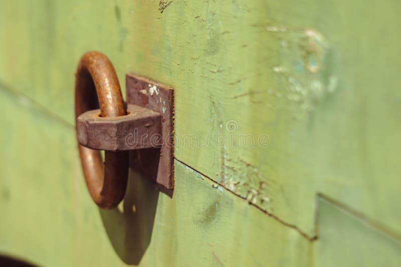 Anillo del hierro en la puerta imagenes de archivo