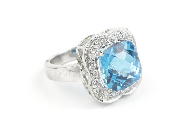 Anillo del zafiro con los diamantes fotografía de archivo libre de regalías