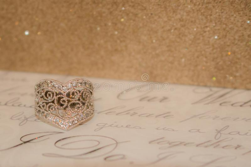Anillo en forma de corazón con un fondo chispeante imágenes de archivo libres de regalías
