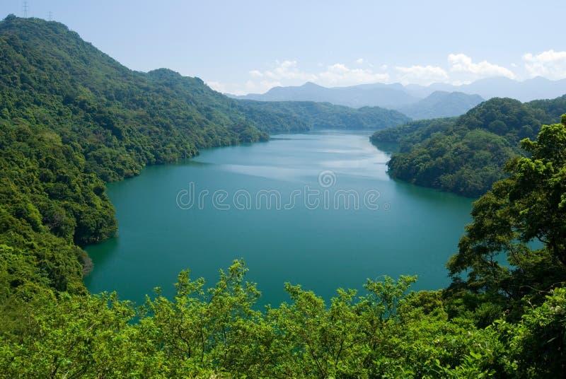 Anillo pacífico del lago por los bosques y las montañas fotos de archivo