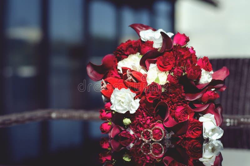 Anillos color de rosa del bouquiet rojo del marsala fotos de archivo