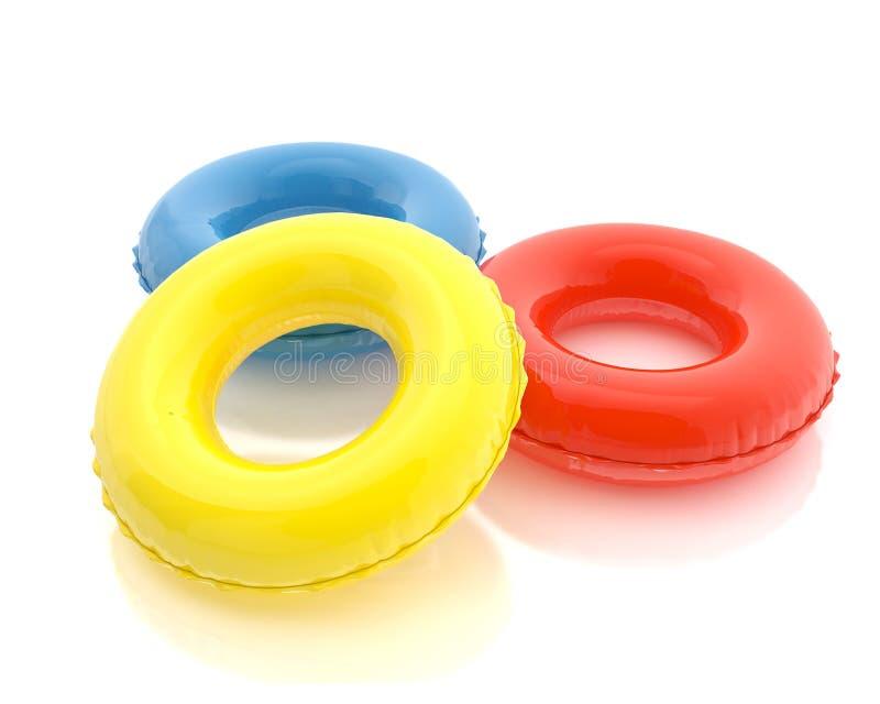 Anillos coloridos de la piscina aislados en el fondo blanco stock de ilustración