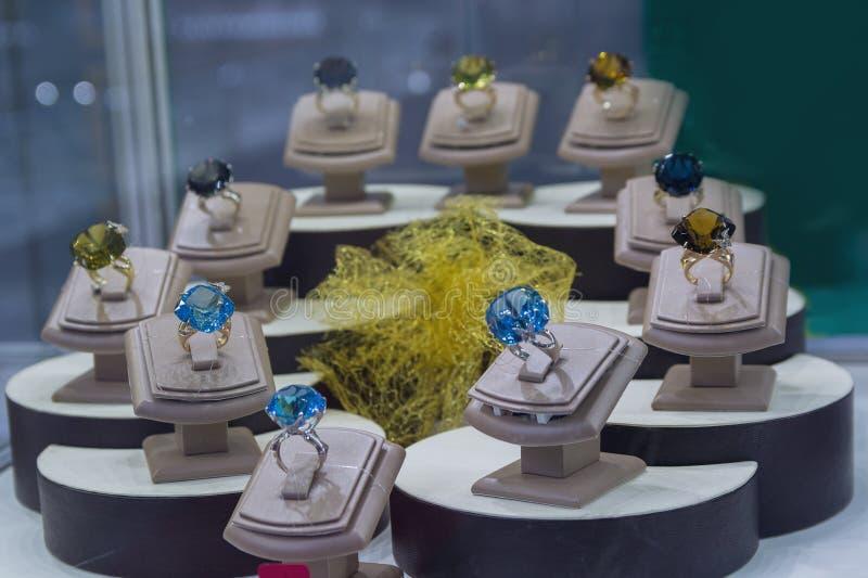 Anillos con las piedras preciosas en el contador imagen de archivo libre de regalías