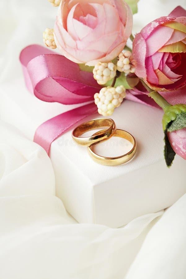 Anillos de boda y caja de regalo foto de archivo