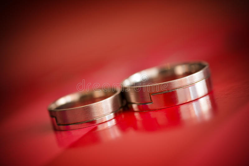 Anillos de bodas aislados imagen de archivo