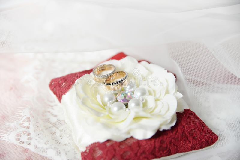 Anillos de bodas atributos Día de fiesta, celebración fotos de archivo libres de regalías