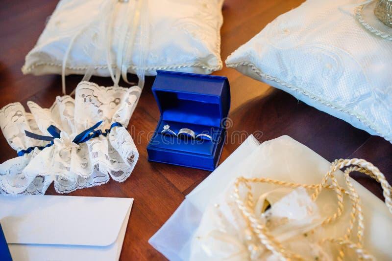 Anillos de bodas, anillos de compromiso imágenes de archivo libres de regalías