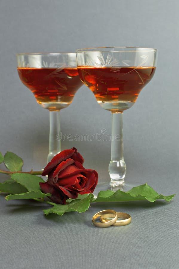 Anillos de bodas con dos vidrios de vino. fotos de archivo libres de regalías