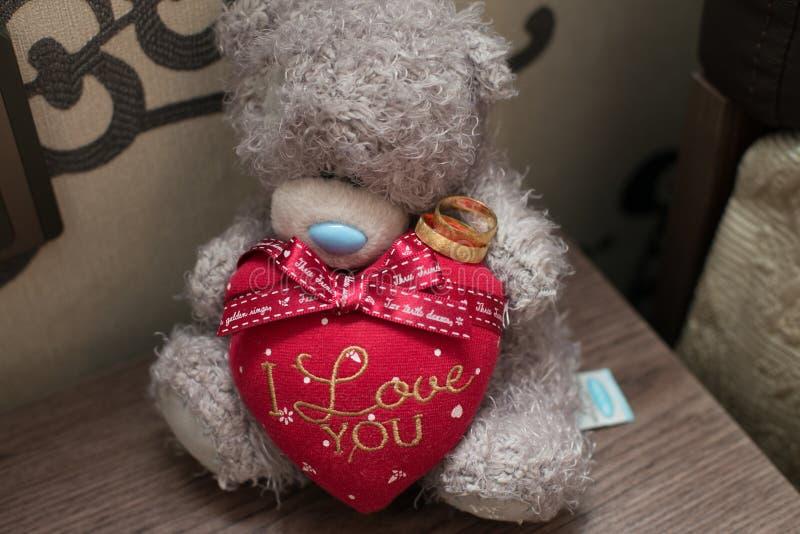 Anillos de bodas, anillos de bodas con el peluche, anillos de bodas con el corazón del amor, anillos de bodas con el juguete foto de archivo libre de regalías