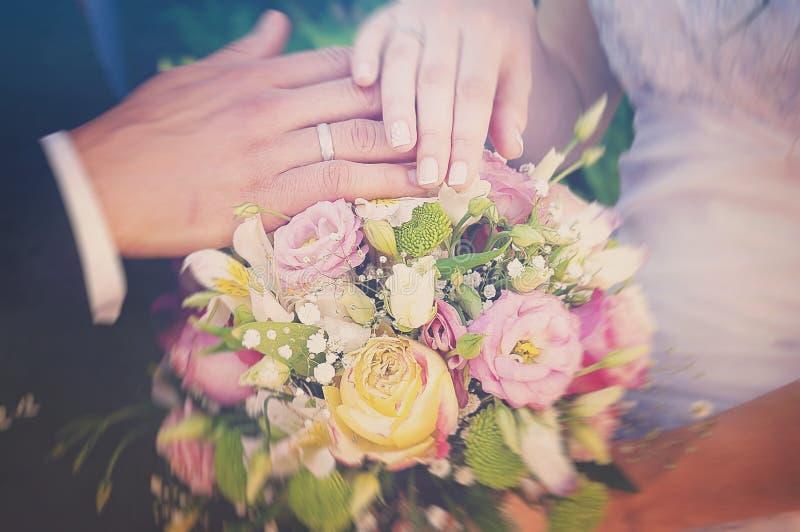 Anillos de bodas con las flores imagen de archivo