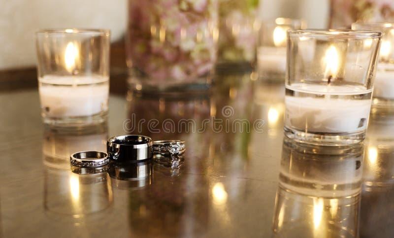 Anillos de bodas con las velas blancas fotos de archivo libres de regalías