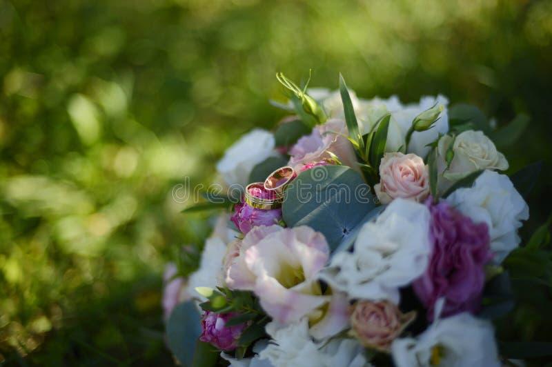 Anillos de bodas con oro rojo foto de archivo