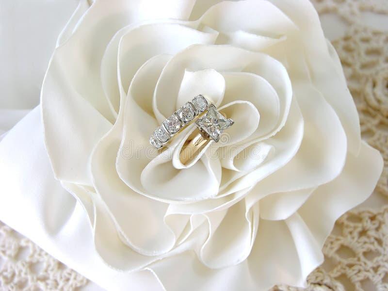 Anillos de bodas de diamante foto de archivo libre de regalías