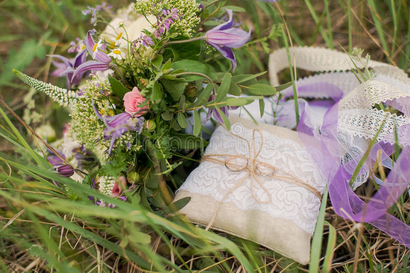 Anillos de bodas de oro en adornado poca almohada foto de archivo libre de regalías