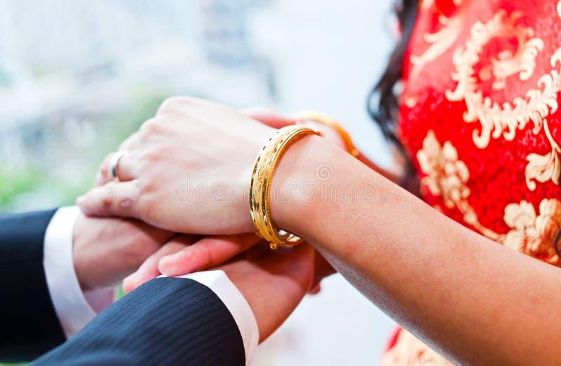 Anillos de bodas del desgaste de novia y del novio foto de archivo