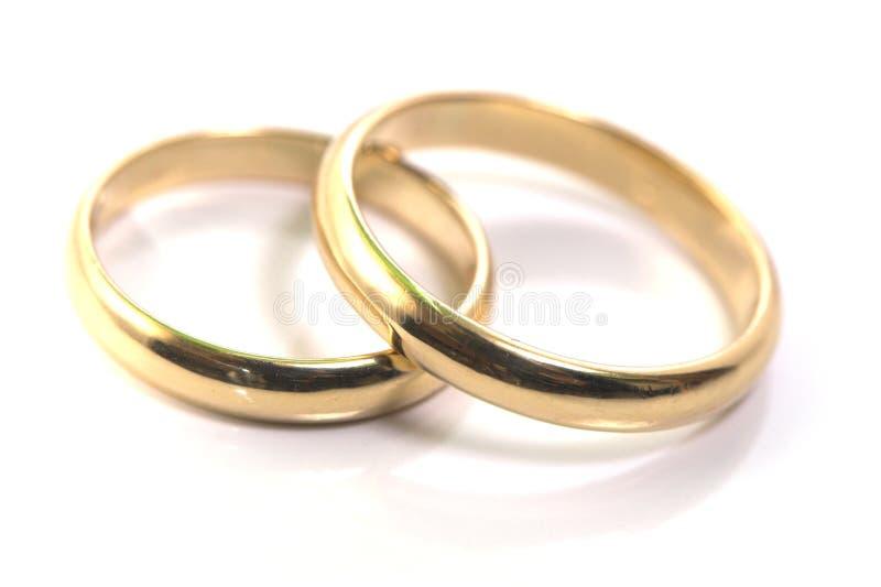 Anillos de bodas del oro aislados encendido fotos de archivo libres de regalías