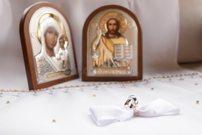 Anillos de bodas del oro blanco con dos iconos foto de archivo libre de regalías
