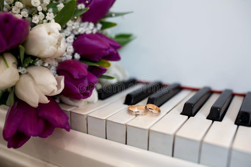 Anillos de bodas del piano imágenes de archivo libres de regalías
