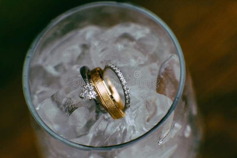 Anillos de bodas en agua helada imagen de archivo libre de regalías