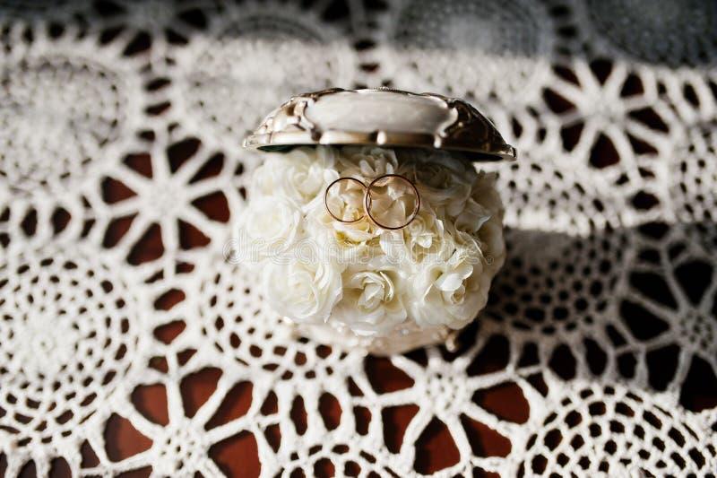 Anillos de bodas en el ataúd de joyas con los pequeños rosses dentro fotos de archivo