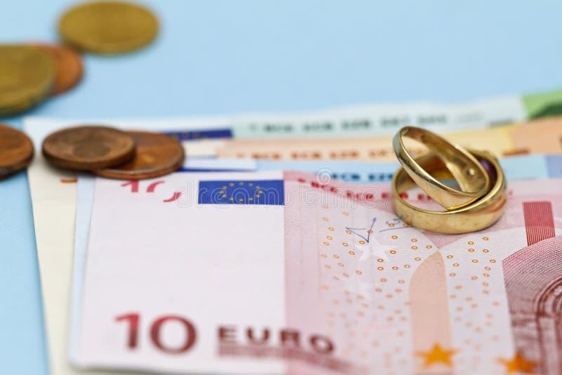 Anillos de bodas en el dinero euro fotografía de archivo libre de regalías