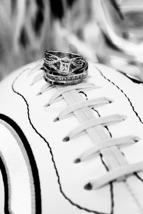 Anillos de bodas en fútbol imagenes de archivo
