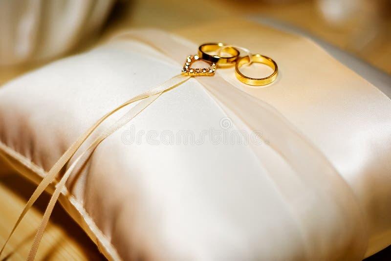 Anillos de bodas en la almohadilla imagen de archivo libre de regalías