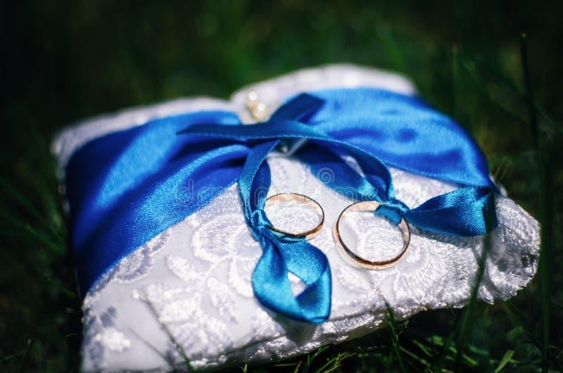 Anillos de bodas en la almohadilla fotos de archivo libres de regalías