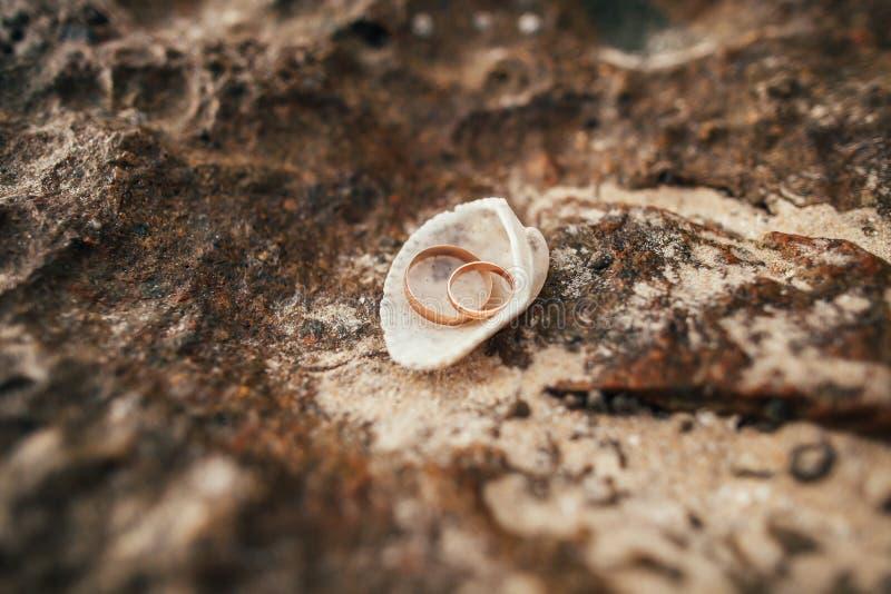 Anillos de bodas en la playa imagenes de archivo