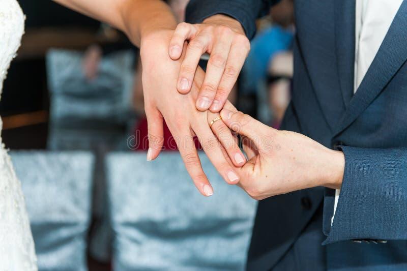 Anillos de bodas en las manos de recienes casados fotografía de archivo libre de regalías