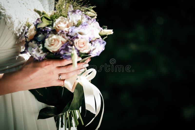 Anillos de bodas en los fingeres de la novia y del novio foto de archivo