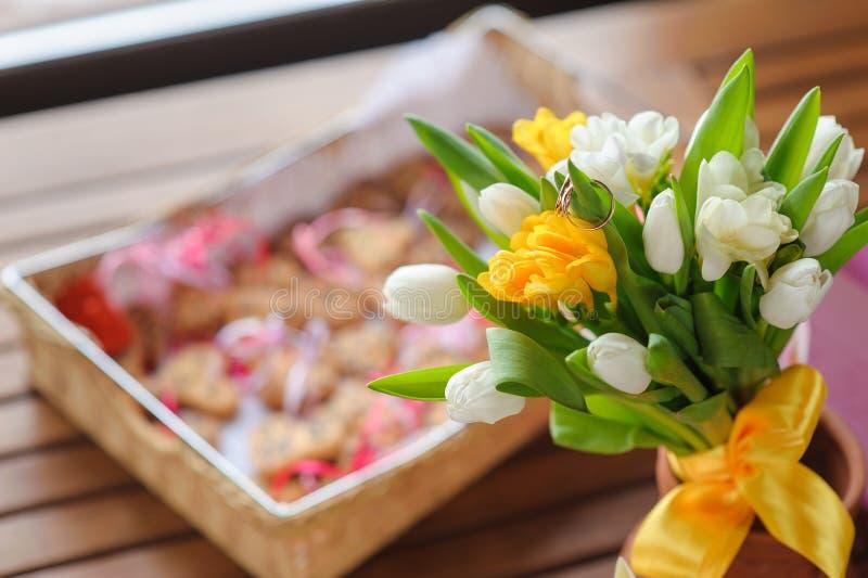 Anillos de bodas en un ramo de los tulipanes fotos de archivo libres de regalías