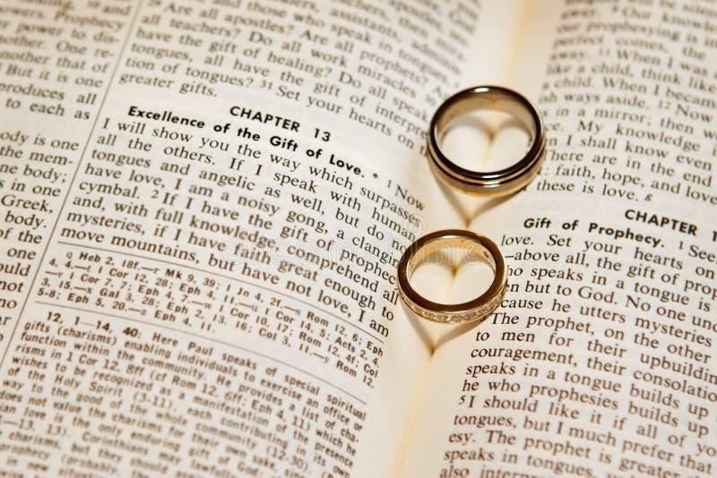 Anillos de bodas en una biblia imagen de archivo libre de regalías