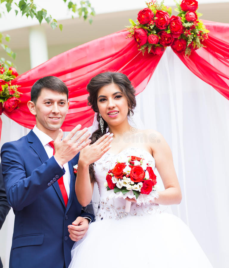 Anillos de bodas hermosos felices de la demostración de los recienes casados imagen de archivo libre de regalías