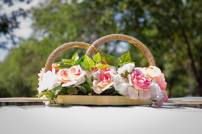 Anillos de bodas de la decoraci?n en el coche Decoraciones del coche de la boda Procesi?n de la boda fotos de archivo