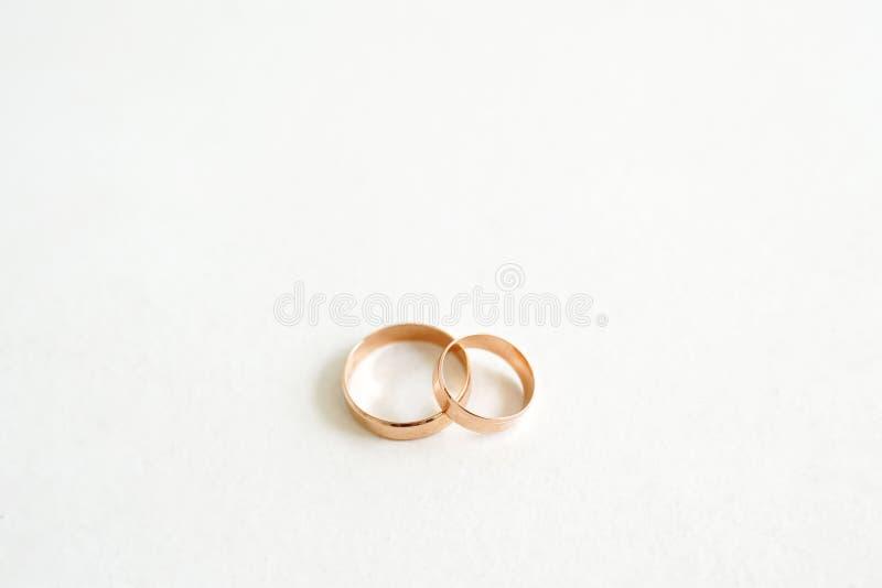 Anillos de bodas de oro aislados en el fondo blanco con el espacio de la copia, el concepto de amor y el matrimonio imágenes de archivo libres de regalías