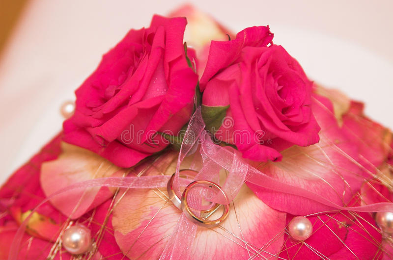Anillos de bodas y flores en foco suave foto de archivo libre de regalías