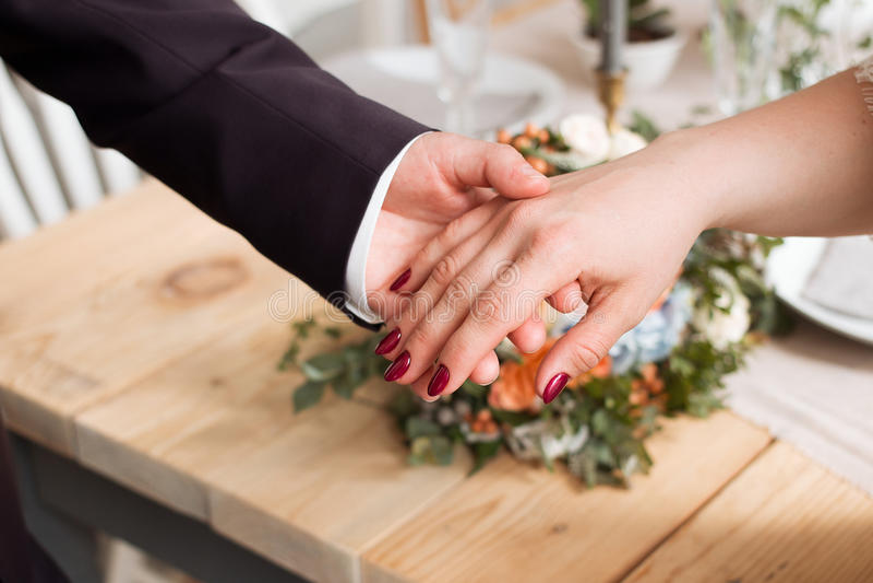 Anillos de bodas y manos de la novia y del novio pares jovenes de la boda en la ceremonia matrimonio Hombre y mujer en amor dos p imagenes de archivo